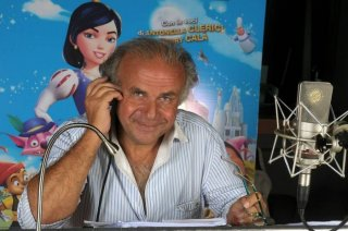 Jerry Calà in sala di doppiaggio per il film Biancaneve e gli 007 nani