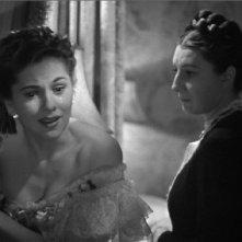 Joan Fontaine con Judith Anderson in una celebre sequenza di Rebecca, la prima moglie
