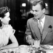 Joseph Cotten a tavola con Teresa Wright in una scena del film L\'ombra del dubbio ( 1943 )