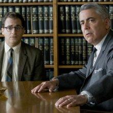 Michael Stuhlbarg e Adam Arkin in una scena del film A Serious Man