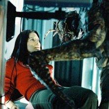 Musetta Vander alle prese con una mostruosa creatura nel film Mosquitoman - Una nuova razza di predatori