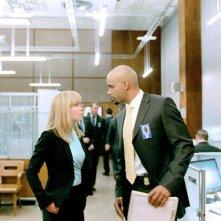 Radha Mitchell e Boris Kodjoe in una scena del film Il mondo dei replicanti