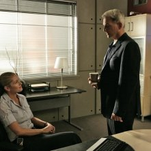 Louise Lombard, Mark Harmon nell'episodio 'Legend: Part 1' della serie tv Navy NCIS