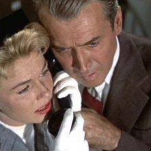 James Stewart e Doris Day al telefono in una scena del film L\'uomo che saperva troppo ( 1956 )