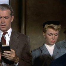 James Stewart e Doris Day cantano in chiesa in una scena del film L\'uomo che saperva troppo (1956)