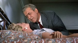 James Stewart soccorre Doris Day in una scena del film L\'uomo che saperva troppo ( 1956 )