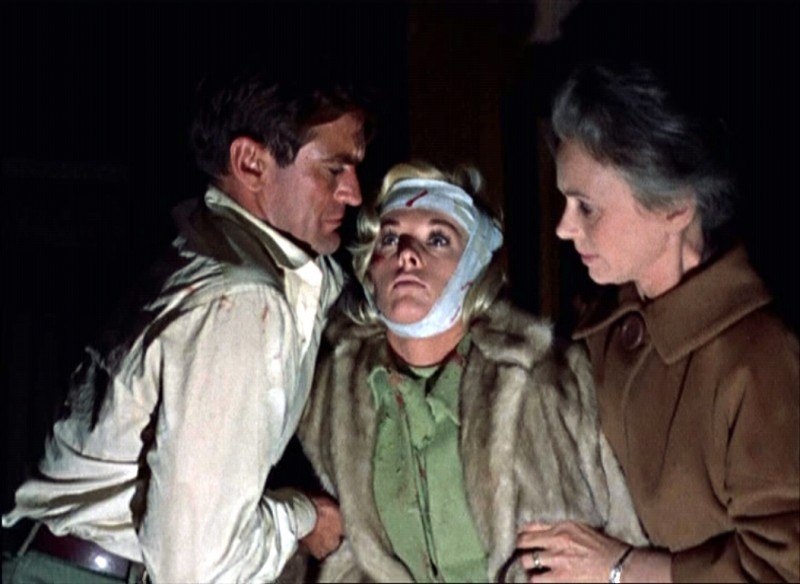 Rod Taylor Sorregge Tippi Hedren Con Jessica Tandy In Una Scena Del Film Gli Uccelli 1963 131865