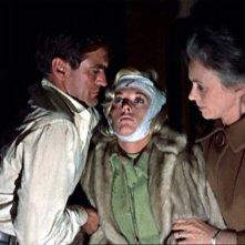 Rod Taylor sorregge Tippi Hedren con Jessica Tandy in una scena del film Gli uccelli ( 1963 )