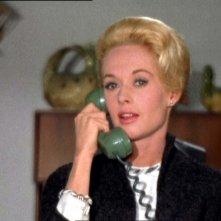 Tippi Hedren al telefono in una scena del film Gli uccelli ( 1963 )