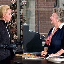 Tippi Hedren e Ruth McDevitt in una scena del film Gli uccelli ( 1963 )
