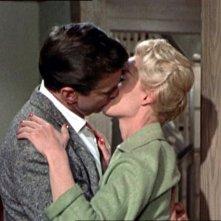 Un bacio appassionato tra Rod Taylor e Tippi Hedren in una scena del film Gli uccelli