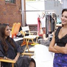 Jana Kramer e Lisa Goldstein in una scena dell'episodio Hold My Hand As I'm Lowered di One Tree Hill