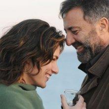 Anna Valle e Luca Barbareschi in un'immagine della terza stagione della serie tv Nebbie e delitti