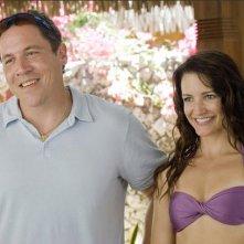 Jon Favreau e Kristin Davis nel film L'isola delle coppie