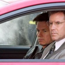 Will Ferrell e Mark Wahlberg in un appostamento in una scena di The Other Guys