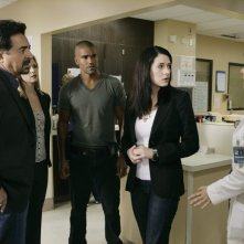 Joe Mantegna, Shemar Moore, Paget Brewster ed A.J. Cook in una scena dell'episodio Nameless, Faceless di Criminal Minds