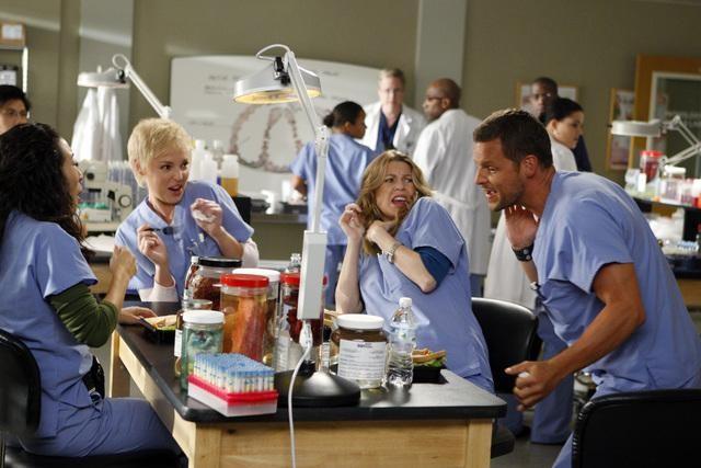 Justin Chambers Ellen Pompeo Katherine Heigl E Sandra Oh In Una Scena Dell Episodio Tainted Obligation Di Grey S Anatomy 132155