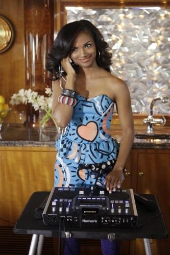 Mekia Cox è Sasha in una scena dell'episodio Sit Down, You're Rocking the Boat di 90210