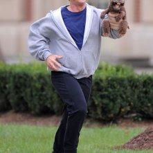 Mel Gibson corre in una scena di Mr. Beaver