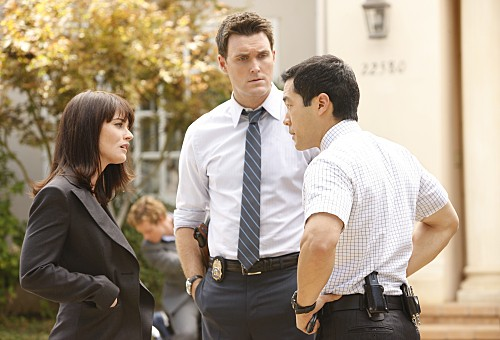 Robin Tunney Owain Yeoman E Tim Kang In Una Scena Dell Episodio Red Menace Di The Mentalist 132208