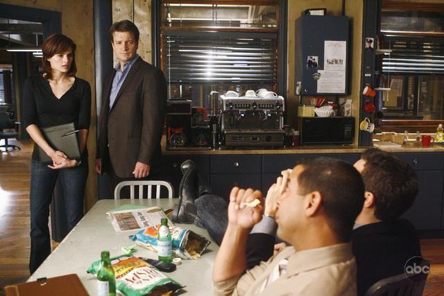 Stana Katic Nathan Fillion Seamus Dever E Jon Huertas In Una Scena Dell Episodio The Double Down Di Castle 132188