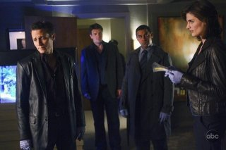 Stana Katic, Nathan Fillion, Seamus Dever e Jon Huertas nell'episodio The Double Down di Castle