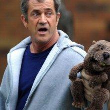 Uno sconvolto Mel Gibson e il suo castoro in Mr. Beaver