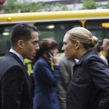 Anna Torv e Kirk Acevedo in una scena dell'episodio Momentum Deferred di Fringe