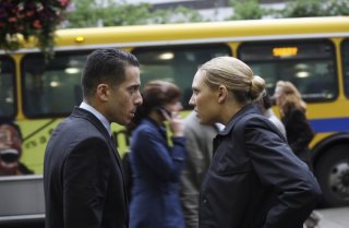 Anna Torv e Kirk Acevedo in una scena dell'episodio Momentum Deferred di Fringe