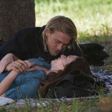 Charlie Hunnam e Maggie Siff in un momento dell'episodio Fix di Sons of Anarchy