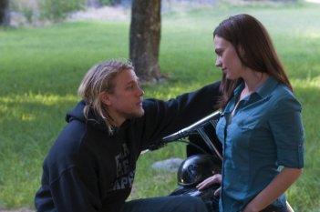 Charlie Hunnam e Maggie Siff in una immagine dell'episodio Fix di Sons of Anarchy