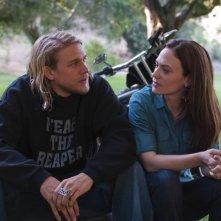 Charlie Hunnam e Maggie Siff in una scena dell'episodio Fix di Sons of Anarchy
