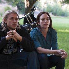 Charlie Hunnam e Maggie Siff nell'episodio Fix di Sons of Anarchy