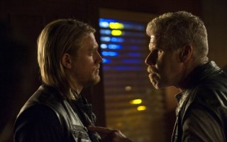 Charlie Hunnam e Ron Perlman in una scena dell'episodio Albification di Sons of Anarchy