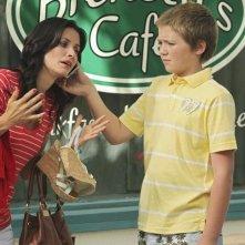 Courteney Cox e Brennan Bailey in una scena dell'episodio Don't Do Me Like That di Cougar Town