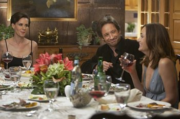Diane Farr e David Duchovny in una scena dell'episodio Wish You Were Here di Californication