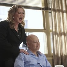 Evan Handler e Kathleen Turner in una scena dell'episodio Wish You Were Here di Californication