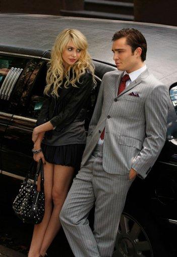 Jenny (Taylor Momsen ) e Chuck (Ed Westwick) appoggiati alla limousine nell'episodio Dan de Fleurette di Gossip Girl