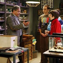 Kunal Nayyar, Jim Parsons, Simon Helberg e la guest star Lewis Black in una scena dell'episodio The Jiminy Conjecture di The Big Bang Theory