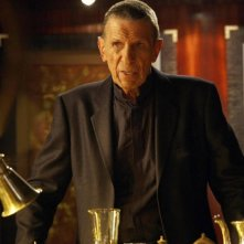 Leonard Nimoy in una scena dell'episodio Momentum Deferred di Fringe