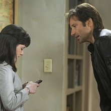 Madeleine Martin e David Duchovny in una scena dell'episodio The Land of Rape and Honey di Californication