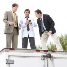 Rainn Wilson, Ed Helms e Steve Carell in una scena dell'episodio Gossip della serie The Office