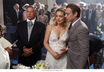 Renato Pozzetto e Carolina Crescentini nel film Oggi Sposi