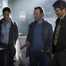 Rochelle Aytes, Michael Reilly Burke e Christian Slater in una scena dell'episodio Football John di The Forgotten