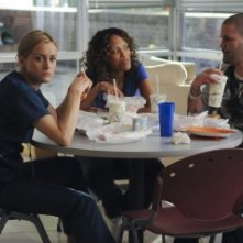 Taylor Schilling, Jaime Lee Kirchner e Guillermo Diaz in una scena dell'episodio I Believe You Conrad della serie Mercy