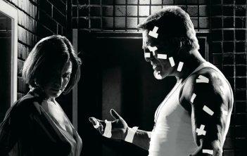 Carla Gugino (Lucille) e Mickey Rourke (Marv) in una scena di Sin City