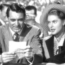 Cary Grant con Ingrid Bergman in una scena del film Notorious - L\'amante perduta ( 1946 )