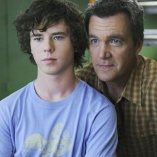 Charlie McDermott e Neil Flynn in una scena dell'episodio The Cheerleader della serie The Middle