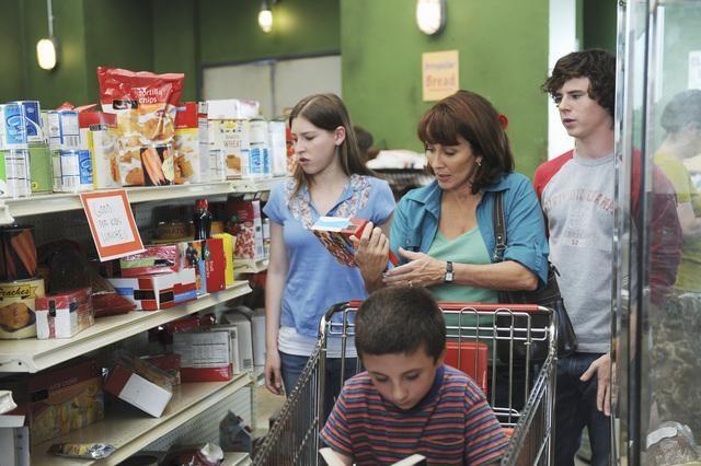 Eden Sher, Atticus Shafer, Patricia Heaton e Charlie McDermott in una scena dell'episodio The Cheerleader della serie The Middle