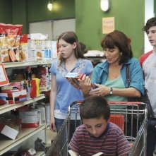 Eden Sher, Atticus Shafer, Patricia Heaton e Charlie McDermott in una scena dell'episodio The Cheerleader della serie The Middle